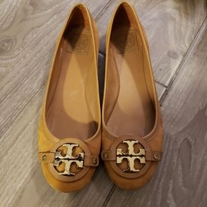 Gorgeous camel flats with gold logo
